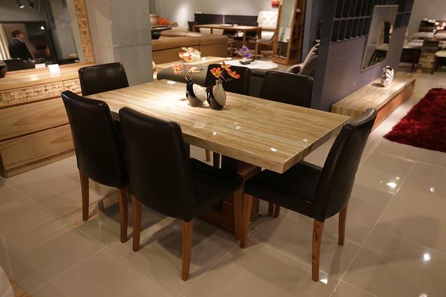 jídelna, stůl, černé židle