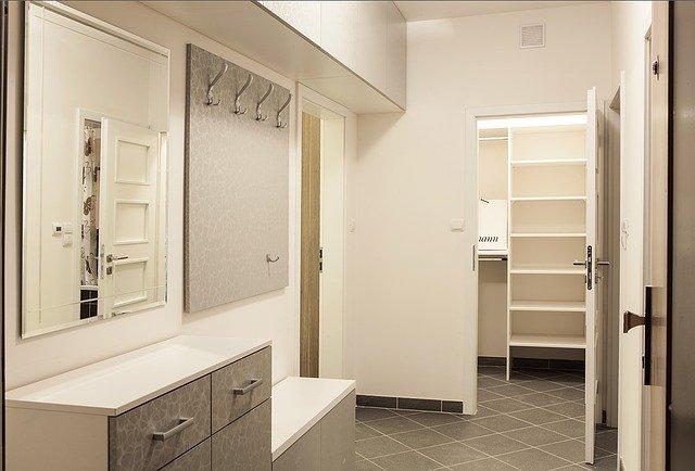 úložné prostory v chodbě