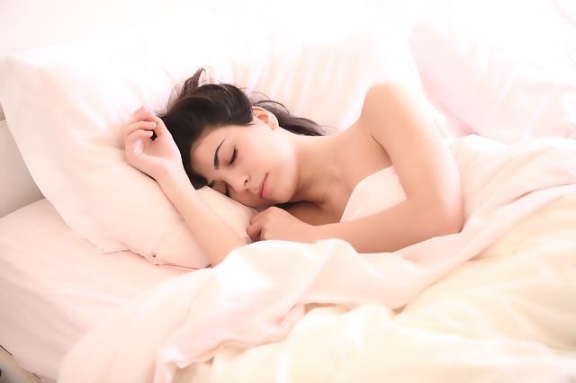 žena v posteli