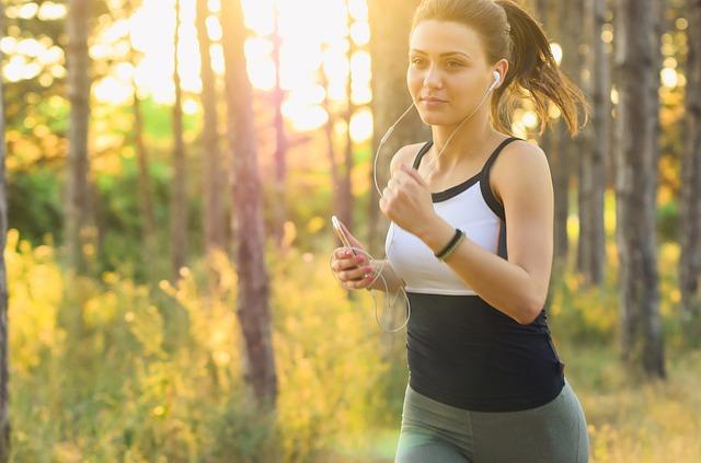 běžící brunetka