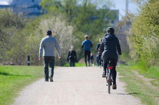 lidé v parku