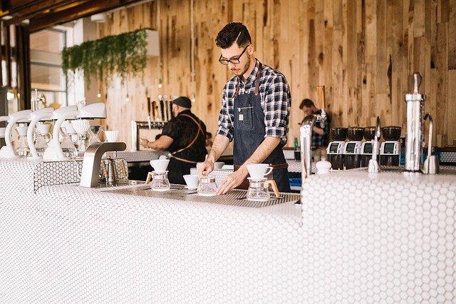 barman u kávy