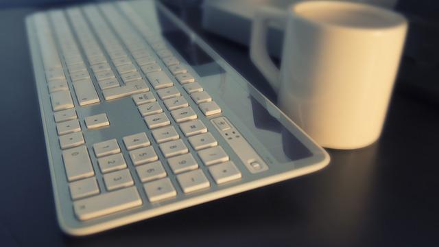 bílá klávesnice