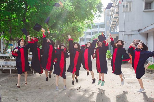 asijské absolventky