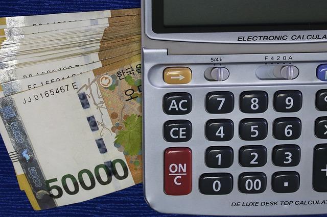 kalkulačka a balík bankovek