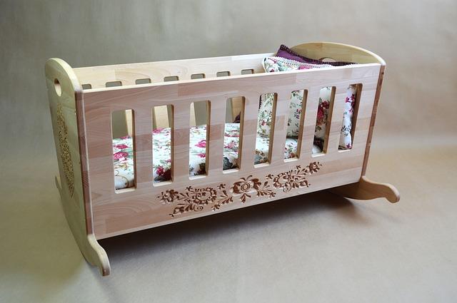dřevěná dětská kolébka
