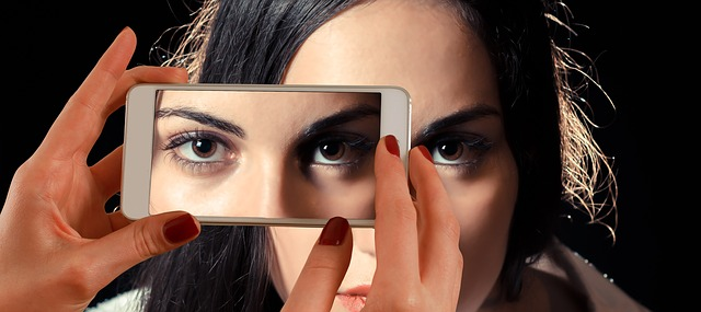 fotografie ženy s telefonem