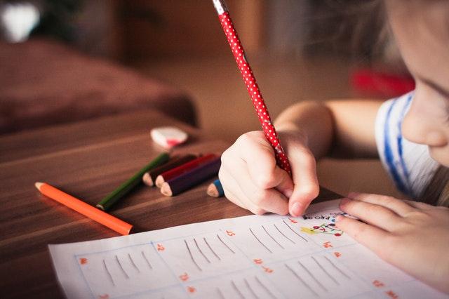 školáci potřebují své vybavení na psaní úkolů
