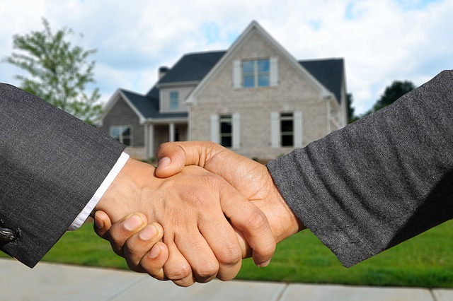 podání si rukou před domem