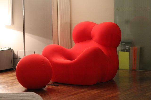 červené futuristické křeslo.jpg