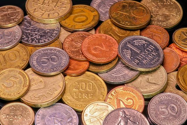 směs drobných barevných mincí