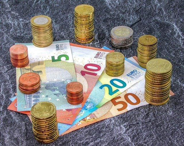 sloupečky mincí a euro bankovky