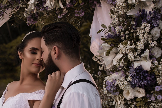 Snoubenci hledící si do očí