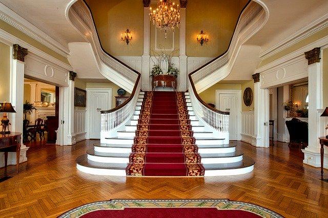 centrální schodiště, monumentální, s kobercem