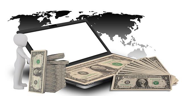 peníze u laptopu
