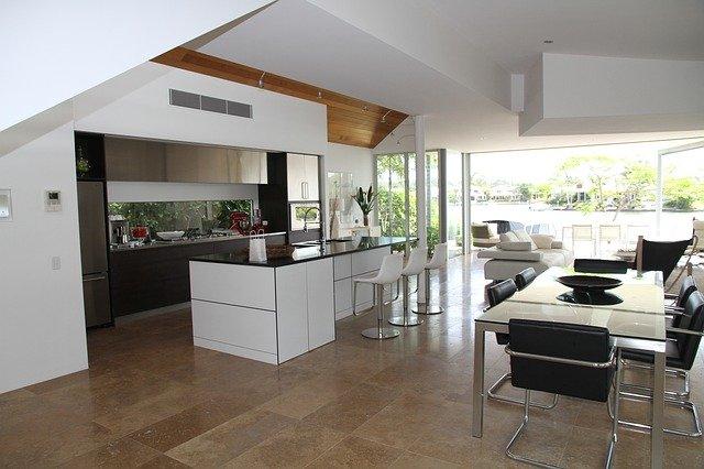 tmavá podlaha v kuchyni