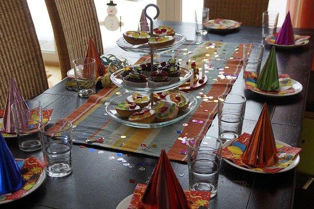 Prostřený stůl na dětskou oslavu